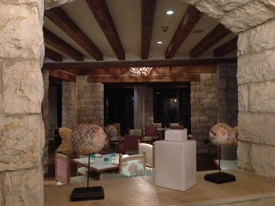 The St. Regis Saadiyat Island Resort: Turquoiz Restaurant am Strand