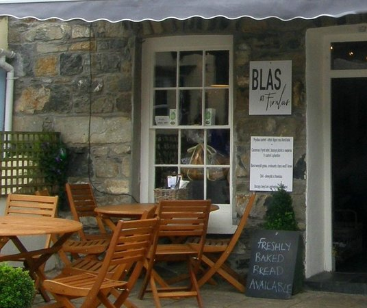 Blas at Fronlas: You can eat outside on in