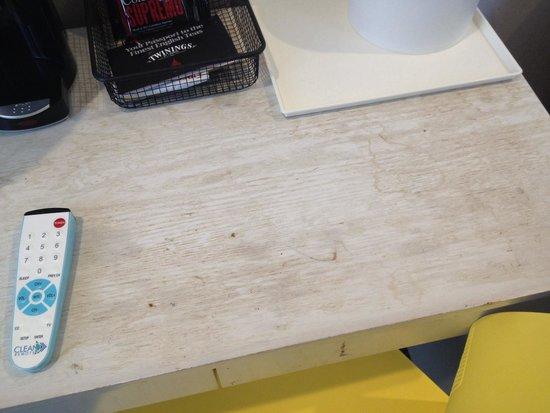 SoHo Garden Hotel : Dirty/stained desk