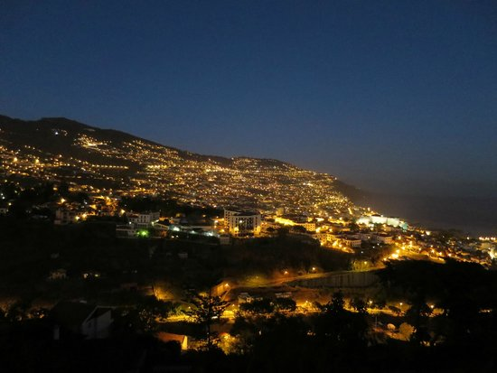 Quinta Das Vistas Palace Gardens: Funchal at night from the balcony