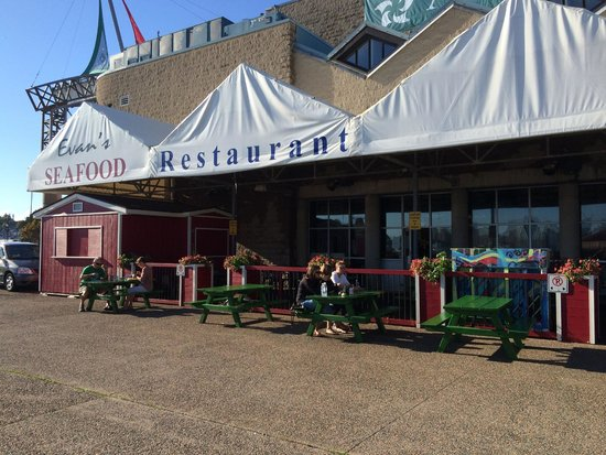 Evans Fresh Seafoods and Restaurant: Outside dining at Evan's Restaurant