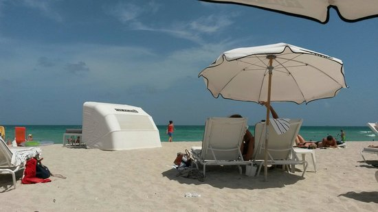 The Raleigh Miami Beach: Umbrellas are 19$/day but sun beds and towels are included at the Raleig