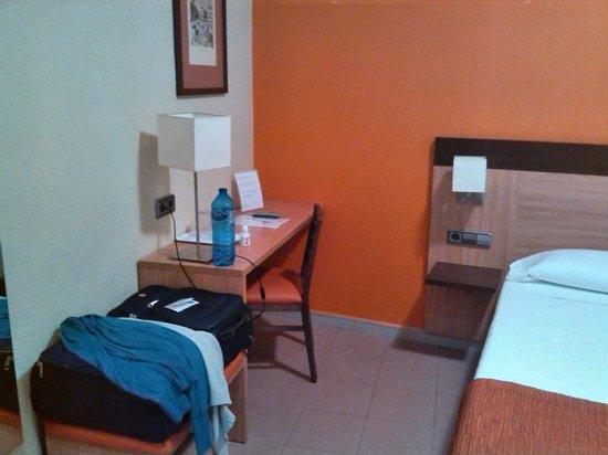 Hostal Ballesta: Room at the back of hotel