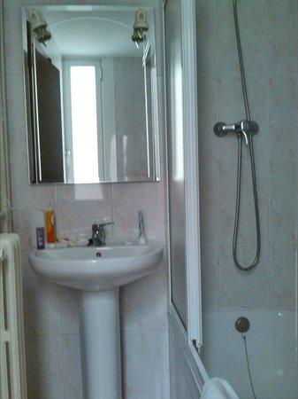 Hostal Ballesta: Bathroom at the back of hotel