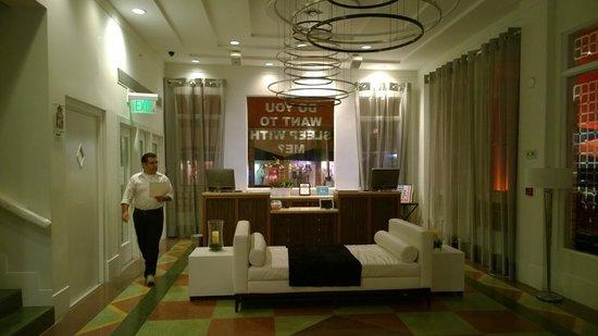 Room Mate Waldorf Towers: Recepcion
