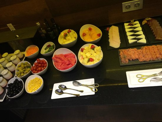 Crowne Plaza Barcelona - Fira Center: Breakfast in Lounge