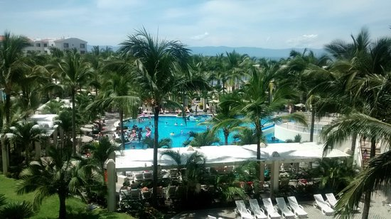 Hotel Riu Vallarta: Esta es la vista lateral desde una habitacion frontal.
