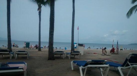 Hotel Riu Vallarta: En los camastros de la playa....