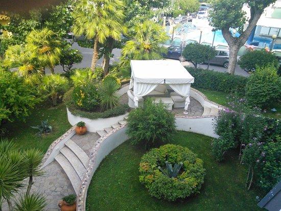 angolo relax giardino foto di hotel alexander gabicce
