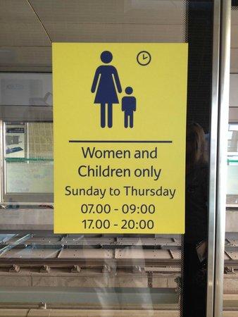 Holiday Inn Express Dubai Jumeirah : Un conseil surveillez bien les voitures du métro ...
