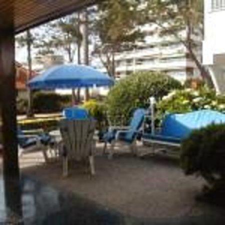 Bonne Etoile Hotel: entrada del hotel con sillones hamacas para disfrutar de una buena tarde al aire libre o mañana