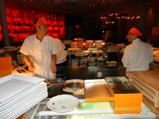 Sushi Samba: Vue directe sur la zone de préparation des sushi et madi au centre de la salle...