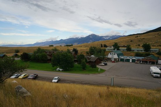 Chico Hot Springs Resort: Chico Hot Springs - Lodge in foreground