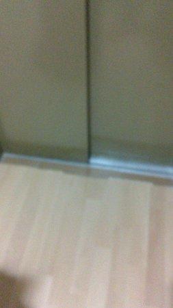 Banos: Parket sin rematar y con pendiente haciendo un escalón en la misma salida del ascensor