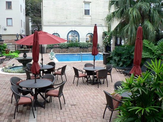 Avenue Plaza Resort: small but nice pool - umbrellas have disappeared