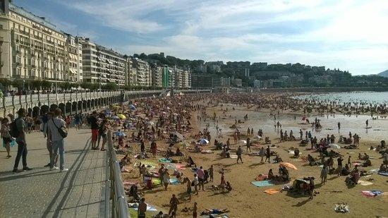 La Concha Beach : Demasiada gente en agosto en La Concha de San Sebastián.