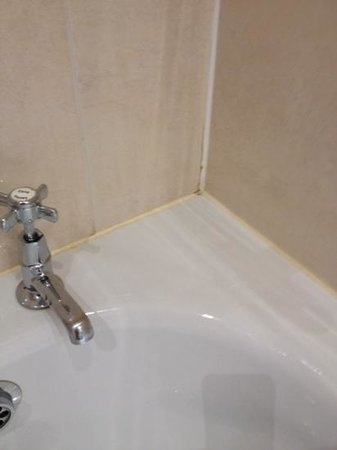 Macdonald Marine Hotel & Spa: unclean areas in bathroom as well as bedroom and public areas
