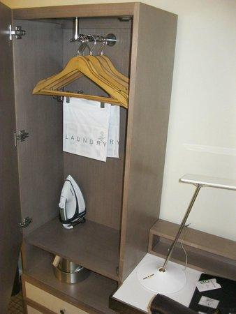 Carvi Hotel New York : Espacio escaso en el armario