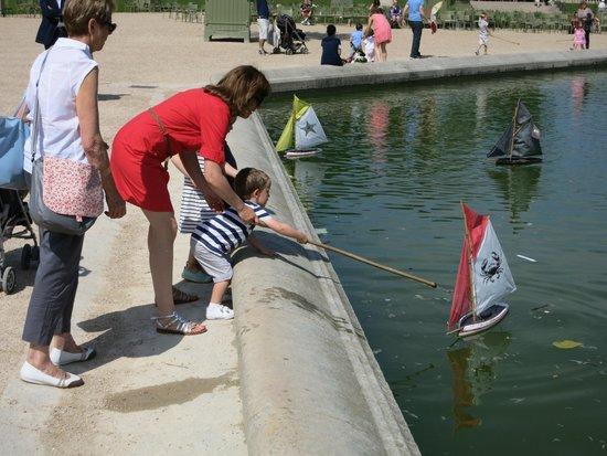 Jardin du Luxembourg : Segelboote zu mieten, der Stock dient der Richtungsänderung