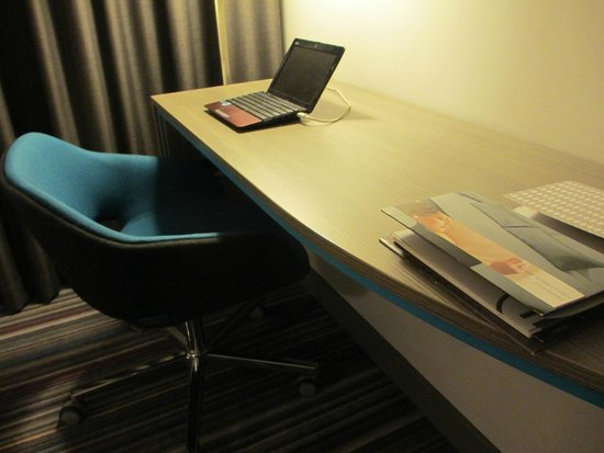 Pullman London St Pancras : Desk/work area in Room 233