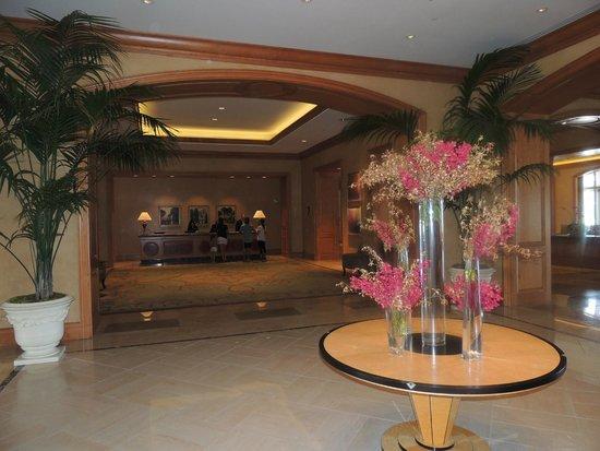 Park Hyatt Aviara Resort: Une petite partie du hall toujours magnifiquement fleuri