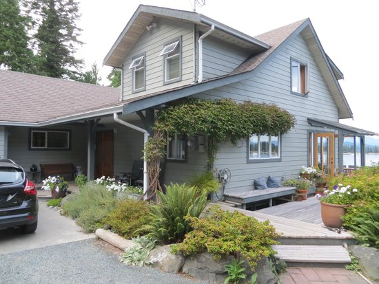 Quadra Island Harbour House B&B : Front view of B&B