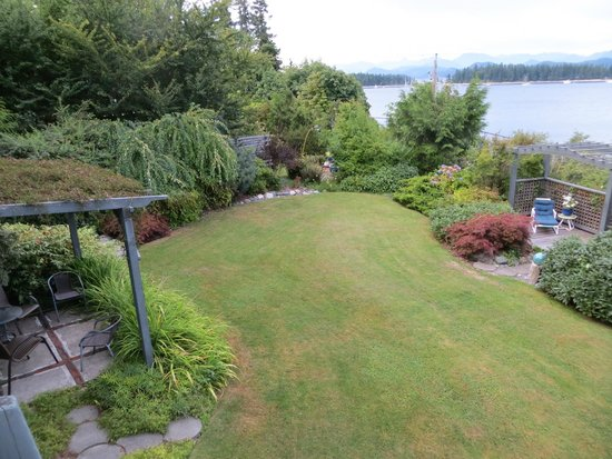 Quadra Island Harbour House B&B: Beautiful yard has sitting areas, firepit and hot tub