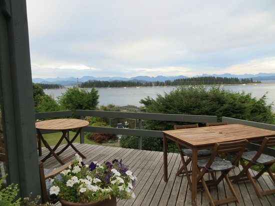 Quadra Island Harbour House B&B: Outside eating area overlooking the water