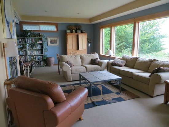 Quadra Island Harbour House B&B: Spacious family room overlooks the water