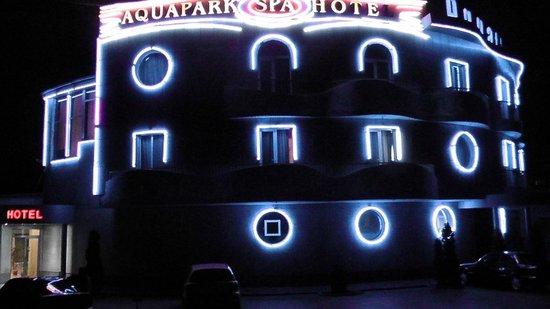 Aquatek Resort and SPA: Вид отеля ночью
