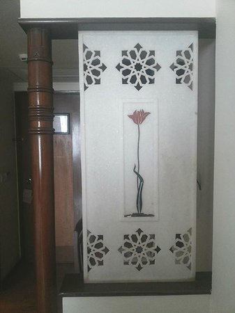 The Gateway Hotel, Agra : Marble use in room at Gateway, Agra