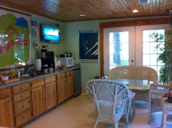 The Pines Motor Lodge: Comfy breakfast area