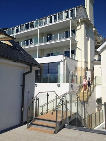 Salcombe Harbour Hotel & Spa: As you can see, the hotel is not new, just the flats in  front of it