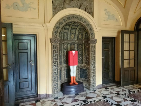 Municipal Gallery in Lenbach House: That funny antic statues