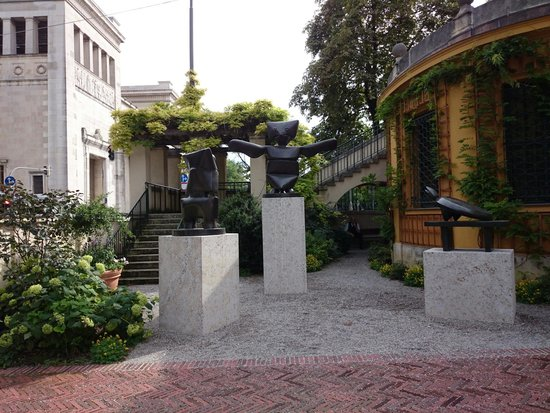 Municipal Gallery in Lenbach House : Some status in the inner court