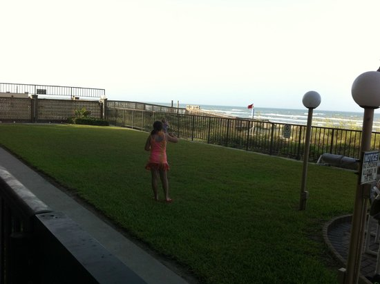 Seabreeze Beach Resort: The girls enjoying some fun on the nice yard just off our patio