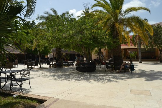 Viva Wyndham Maya: patio del lobby