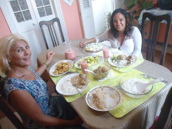 Carlos III Palace: Cena de cumple hecha por Arancel y Cari, con queque incluido