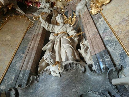 Asamkirche: Cherub in a collar
