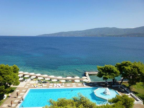 Kalamaki Beach Hotel: vue du 3ème étage, piscine dans le jardin de l'hôtel