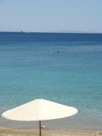 Kalamaki Beach Hotel: la plage avec parasol pour les résidents