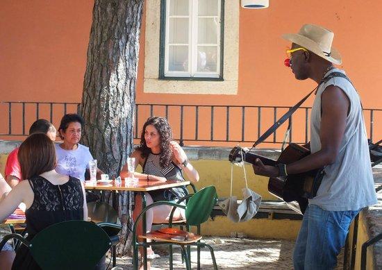 Miradouro da Graça : Живая музыка в кафе на смотровой площадке...