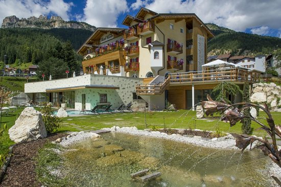 Family Wellness Hotel Renato : giardino con piscina esterna riscaldata