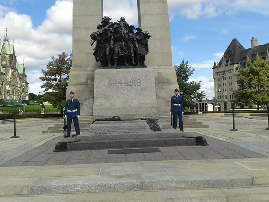 Delta Hotels by Marriott Ottawa City Centre : monument to the unknown soldier