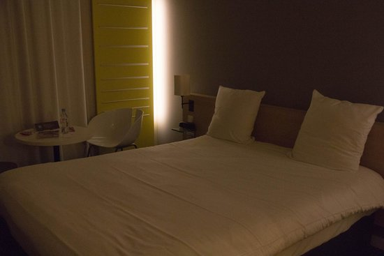 Ibis Styles Nantes Reze Aeroport: Jolie chambre spacieuse et design.