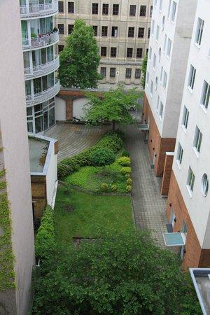 Mikon Eastgate Hotel: Вид во двор с террасы