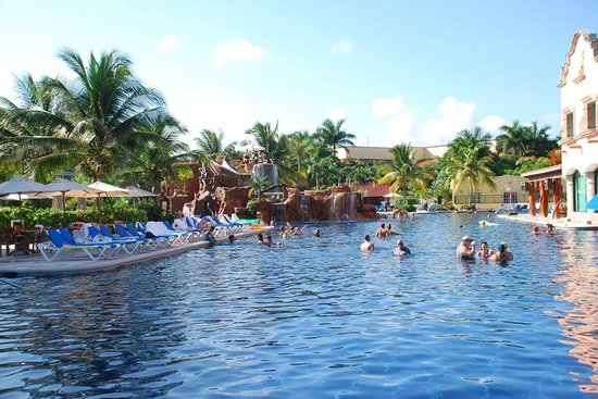 Hotel Marina El Cid Spa & Beach Resort : Cliff jump pool. Large, swim up bar