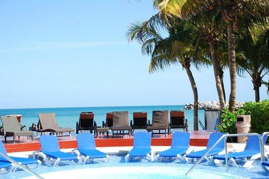 Hotel Marina El Cid Spa & Beach Resort : Jacuzzi tub with bar nearby