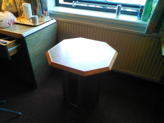Copthorne Hotel Birmingham: Rather odd and out of place little table which amused us (reminiscent of an old seaside hotel ro