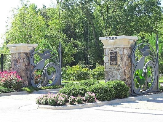 drive thru entrance - Picture of Gateway Gardens, Greensboro ...
